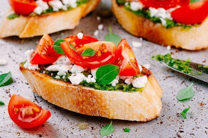 ברוסקטה עם פסטו, שמן אגוזי מלך וסלט עגבניות פיקנטי